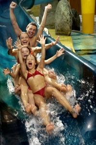 Divertimento per la famiglia presso la piscina coperta Acquafun