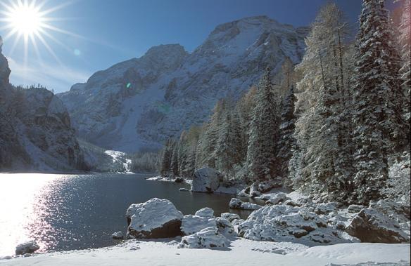 Lago di Braies d'inverno